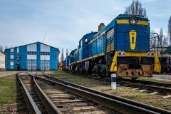 大俄国机车在老火车的修理车间 免版税库存图片