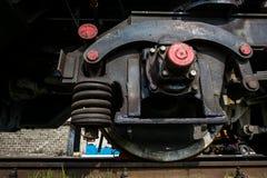 大俄国机车在老火车的修理车间 免版税图库摄影