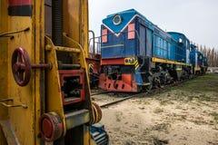 大俄国机车在老火车的修理车间 库存照片
