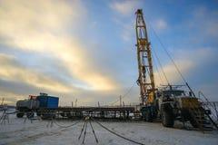大修油井的设施在冬天 库存照片