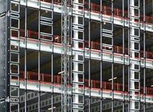 大修造的发展的看法建设中与钢支持金属地板的框架和大梁 免版税库存照片