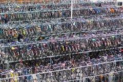 大停车处自行车在火车站附近的德尔福特 荷兰城市自行车生活 免版税图库摄影