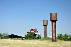大储水箱在村庄 库存图片
