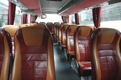 大公共汽车教练内部皮革位子 免版税库存图片