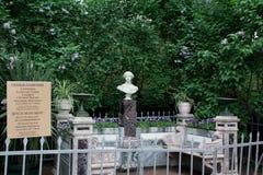 大公夫人亚历山德拉的大理石胸象在Petergof 桥梁okhtinsky彼得斯堡俄国圣徒 库存图片