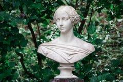 大公夫人亚历山德拉的大理石胸象在Petergof 库存图片