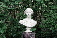 大公夫人亚历山德拉的大理石胸象在Petergof 免版税库存图片