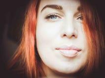 大关闭红发妇女` s面孔 库存照片