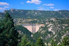 大具体水坝和水库在山在一个晴天 免版税库存图片