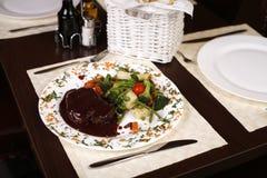 大典雅的牌照餐馆牛排 免版税库存图片