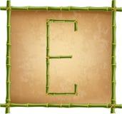 大写字母E做了绿色竹棍子在老纸背景 皇族释放例证