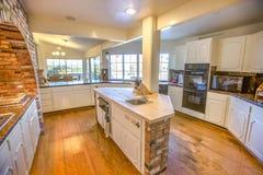 大农场有砖和木头桌面的样式厨房 库存图片