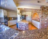 大农场有花岗岩桌面的样式厨房 库存照片