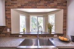 大农场样式与砖的厨房水槽在加利福尼亚样房房地产 免版税库存图片