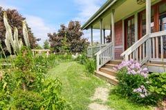 大农舍后院与美丽的花圃的 库存图片