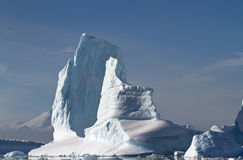 大冰山在南极州附近的一个晴朗的夏日 库存图片
