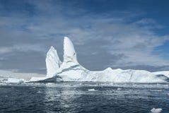 大冰山在反对背景的南极水域中  库存照片