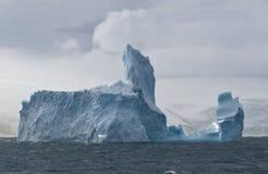 大冰山在海洋在离乔治国王的附近海岸  库存照片