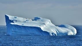 大冰山在蓝色海 库存照片