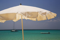 大冲绳岛遮阳伞白色 免版税图库摄影