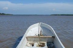 从大切刀小船的POV在河 免版税库存图片