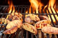 大切片在热的BBQ格栅的土豆 免版税图库摄影