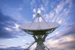 大列阵无线电望远镜盘 免版税库存图片