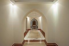 大别墅内部走廊与曲拱的 免版税库存照片