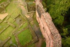 从大别墅的墙壁废墟的寄生虫的航空摄影 免版税库存照片