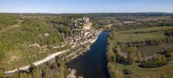 大别墅de贝纳克,栖息在它的在河多尔多涅省上的岩石,法国 免版税库存图片