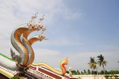 大前面曲折前进泰国的寺庙 免版税库存图片