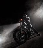 大功率摩托车砍刀在晚上 库存图片