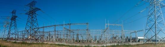 大功率电杆在市区 能量电传输,高压供应 查出的拉长的现有量排行次幂白色 图库摄影