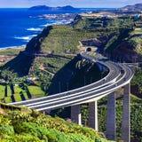 大加那利岛海岛-与印象深刻的桥梁的看法在山 免版税库存图片
