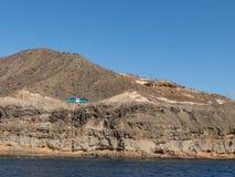 大加那利岛,加那利群岛在西班牙- 12月16 2016年:驾驶在陡峭的山的路的蓝色公共汽车在 免版税库存图片