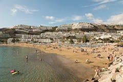大加那利岛,西班牙- 2017年12月10日:人参观波多黎各海滩在大加那利岛,西班牙 加那利群岛有13 3 库存图片