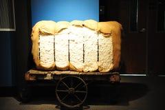 大包在驴货车的棉花 免版税库存图片