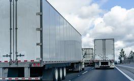 大半半船具卡车护卫舰有运行在几条线的宽高速公路的拖车的 图库摄影