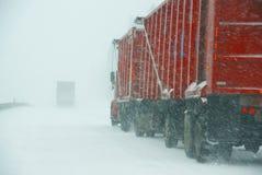 大卡车与冬天风暴战斗 免版税图库摄影