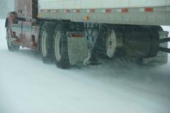 大卡车与冬天风暴战斗 库存照片