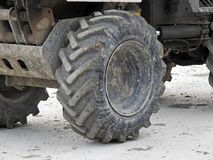 大卡车重型设施轮胎 免版税库存照片