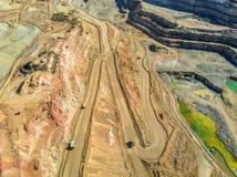 大卡车鸟瞰图在巨大,露天开采矿矿 免版税库存图片