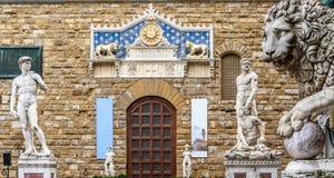 大卫和赫拉克勒斯雕象在Palazzo Vecchio附近在广场della Signoria 免版税库存图片