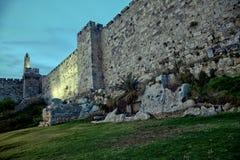 大卫和在黄昏的老耶路撒冷市墙壁塔  库存图片