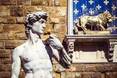 大卫的雕象米开朗基罗和旧宫,佛罗伦萨,意大利 免版税库存图片