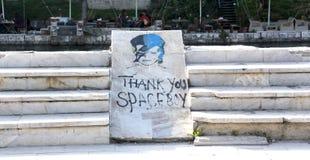 大卫・鲍伊街道画作为Ziggy星尘号的在斯特鲁加,马其顿 谢意文本和油漆在a 免版税库存图片