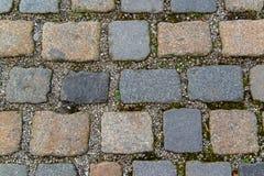 大卵石石头的老灰色路面 库存图片