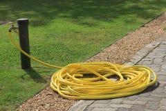大卷起的黄色橡胶软管 免版税库存图片