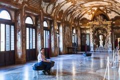 大厅内部公爵的故宫博物院的在曼托瓦 库存照片