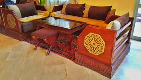 大厅在马拉喀什的旅馆里在有地毯和被雕刻的家具的摩洛哥,做在传统东方样式 免版税库存照片